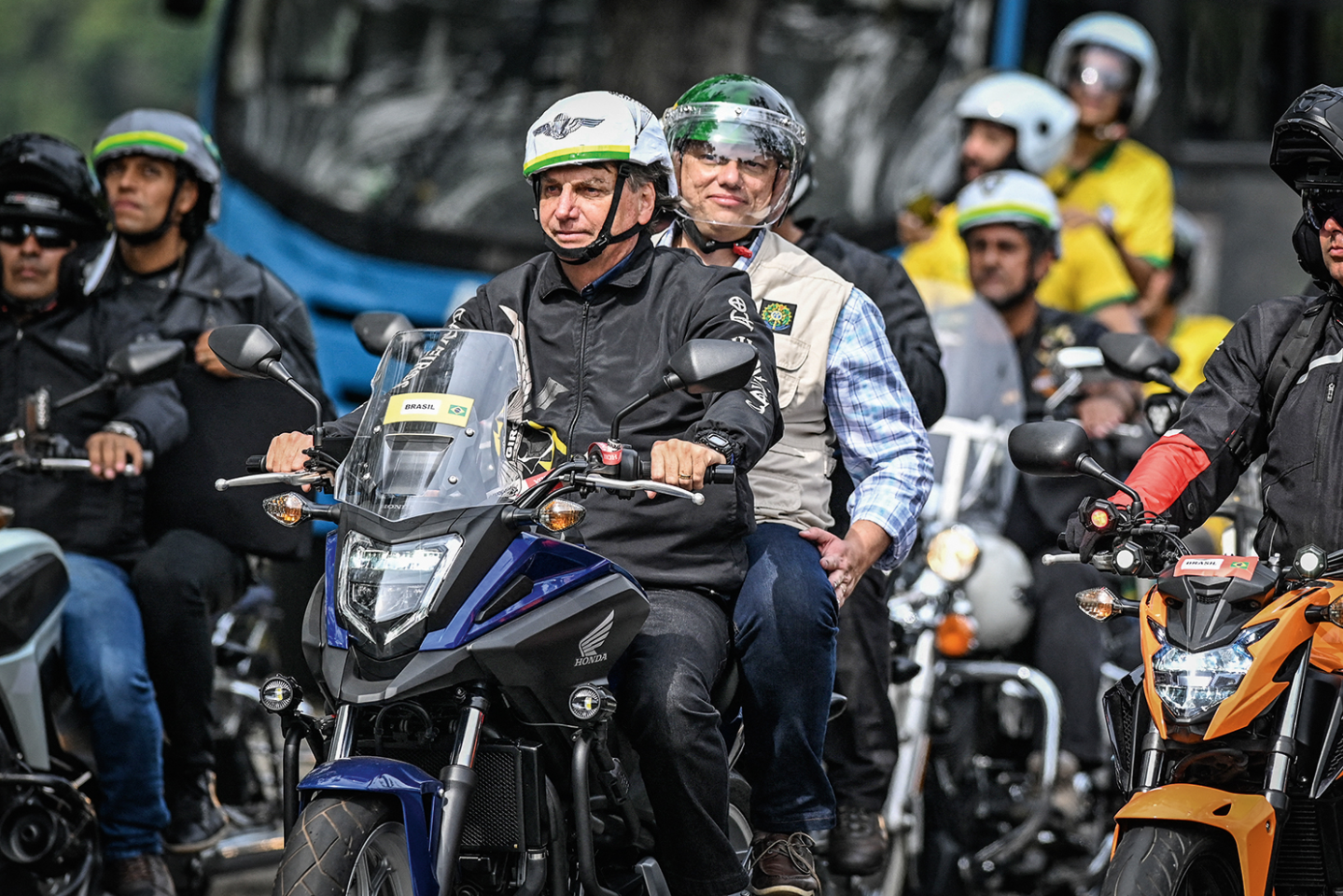 Bolsonaro agrupa multidão em  motociclo na cidade de  Florianópolis